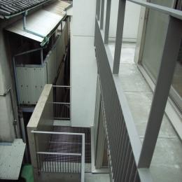 北区神谷の家 (3階バルコニーから2階バルコニーを見下ろす)
