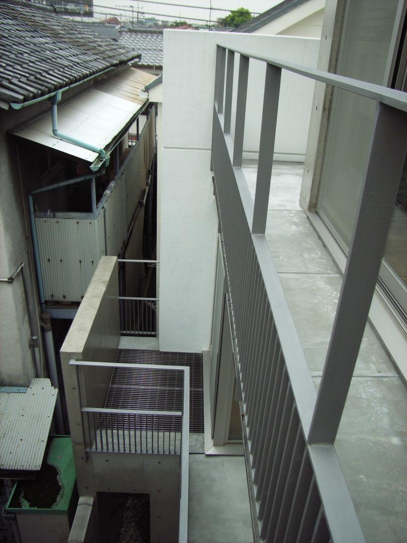 北区神谷の家の部屋 3階バルコニーから2階バルコニーを見下ろす