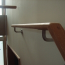 北区神谷の家の写真 角材を削り出した手造りの階段手摺