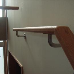 北区神谷の家 (角材を削り出した手造りの階段手摺)