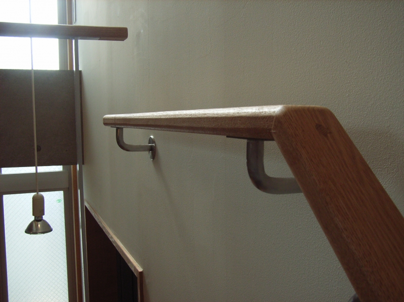 北区神谷の家の部屋 角材を削り出した手造りの階段手摺