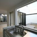 オウチ15・静岡の二世帯住宅の写真 中庭を見渡すキッチン