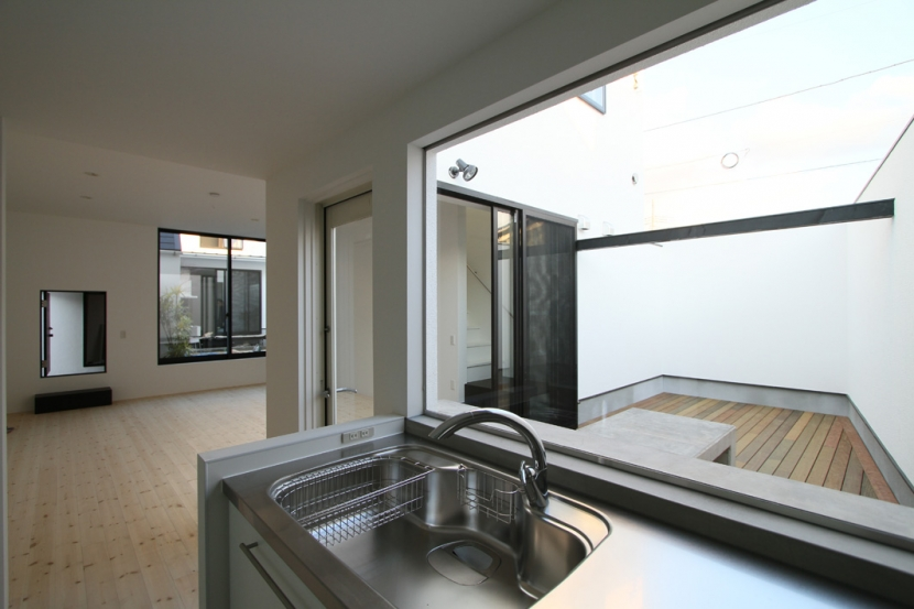 静岡の二世帯住宅  中庭に小屋を持つOUCHI-15 (中庭を見渡すキッチン)