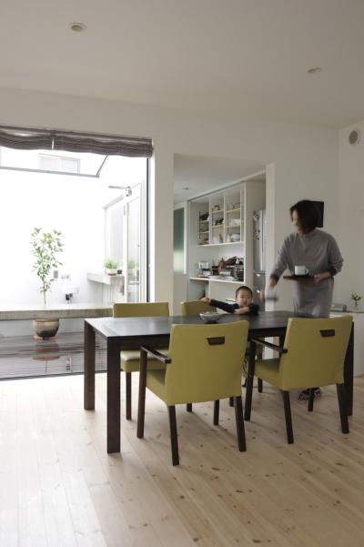 中庭につながる子世帯リビング (オウチ15・静岡の二世帯住宅)