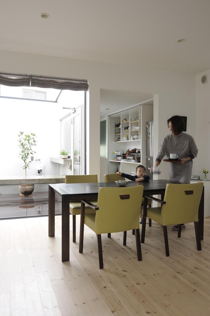 静岡の二世帯住宅  中庭に小屋を持つOUCHI-15 (中庭につながる子世帯リビング)