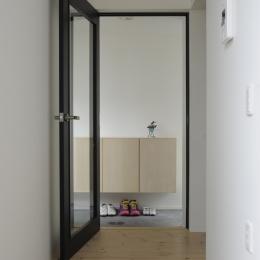 静岡の二世帯住宅  中庭に小屋を持つOUCHI-15 (子世帯玄関)