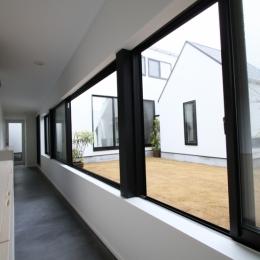 静岡の二世帯住宅  中庭に小屋を持つOUCHI-15-中庭に面した玄関