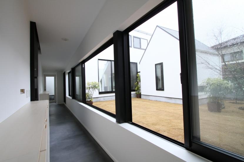 静岡の二世帯住宅  中庭に小屋を持つOUCHI-15 (中庭に面した玄関)