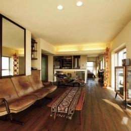 ミッドセンチュリーの家具が映えるLDK (大量のCDと本の収納をメインに考える、アンティーク空間)