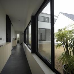 二世帯を繋ぐ玄関廊下 (静岡の二世帯住宅  中庭に小屋を持つOUCHI-15)