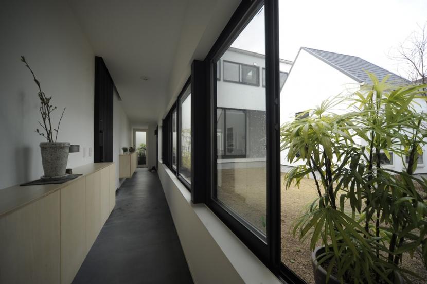 石川淳「静岡の二世帯住宅  中庭に小屋を持つOUCHI-15」