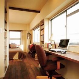 大量のCDと本の収納をメインに考える、アンティーク空間 (キッチンの隣のデスクスペース)