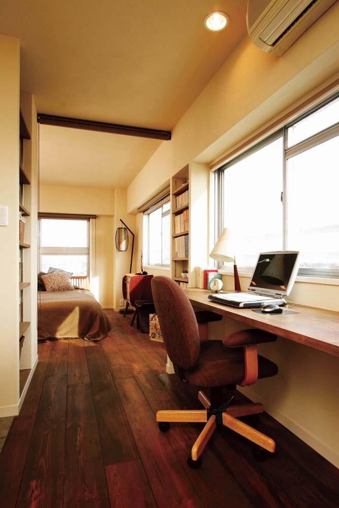 大量のCDと本の収納をメインに考える、アンティーク空間の写真 キッチンの隣のデスクスペース