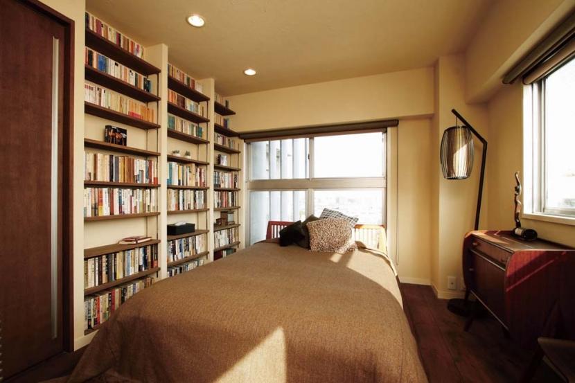 大量のCDと本の収納をメインに考える、アンティーク空間の写真 大容量の本棚と寝室_1
