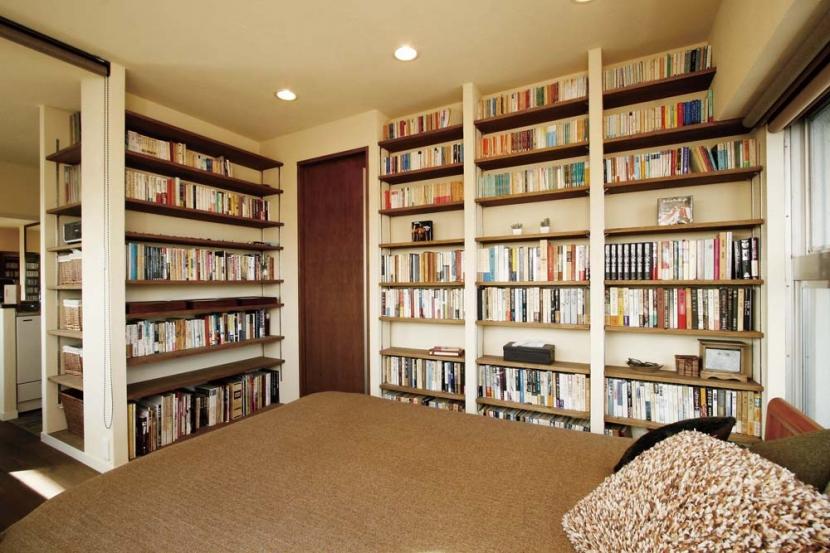 大量のCDと本の収納をメインに考える、アンティーク空間の写真 大容量の本棚と寝室_2