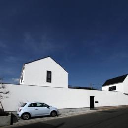 静岡の二世帯住宅  中庭に小屋を持つOUCHI-15 (白い壁でつながる連棟の外観)