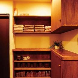 大量のCDと本の収納をメインに考える、アンティーク空間 (脱衣所の収納カウンター)