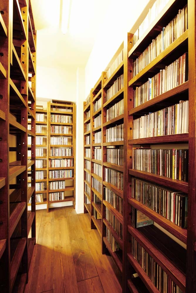 大量のCDと本の収納をメインに考える、アンティーク空間の写真 大容量のCD収納