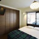 和の趣にこだわり抜いた実家リノベの写真 寝室(天井から吊るされたTV)