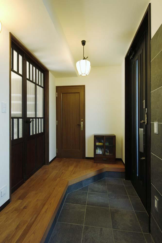 和の趣にこだわり抜いた実家リノベの部屋 土間を備えた玄関_2