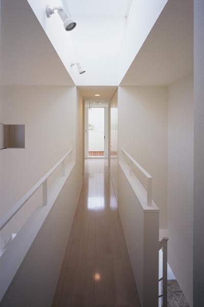 白井の家Ⅱ~東西庭の家 (廊下)