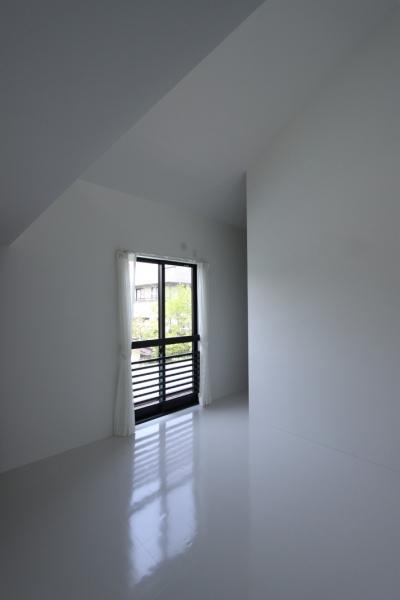 ミニマルな寝室 (オウチ10・湧水を楽しむ家)