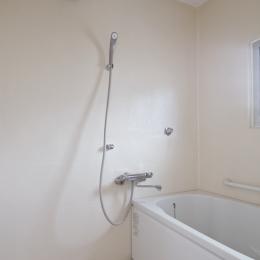 新金岡団地の白いワンルーム|堺市の新金岡団地のリノベーション。壁、扉をなくして団地を白いワンルームに。 (浴室)