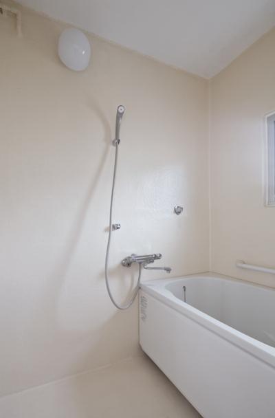 浴室 (新金岡団地の白いワンルーム|堺市の新金岡団地のリノベーション。壁、扉をなくして団地を白いワンルームに。)