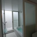 オウチ10・湧水を楽しむ家の写真 光庭のあるバスルーム