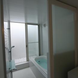 オウチ10・湧水を楽しむ家 (光庭のあるバスルーム)