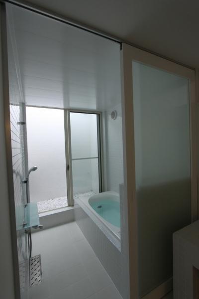 光庭のあるバスルーム (オウチ10・湧水を楽しむ家)