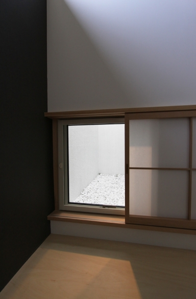 和室から見る坪庭 (オウチ10・湧水を楽しむ家)
