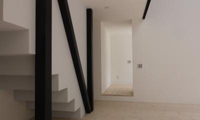オウチ10・湧水を楽しむ家 (リビングから玄関を見る)