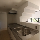 オウチ10・湧水を楽しむ家の写真 リビングを見渡すキッチン