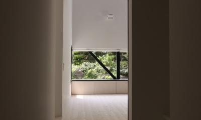 オウチ10・湧水を楽しむ家 (廊下から見るリビング)