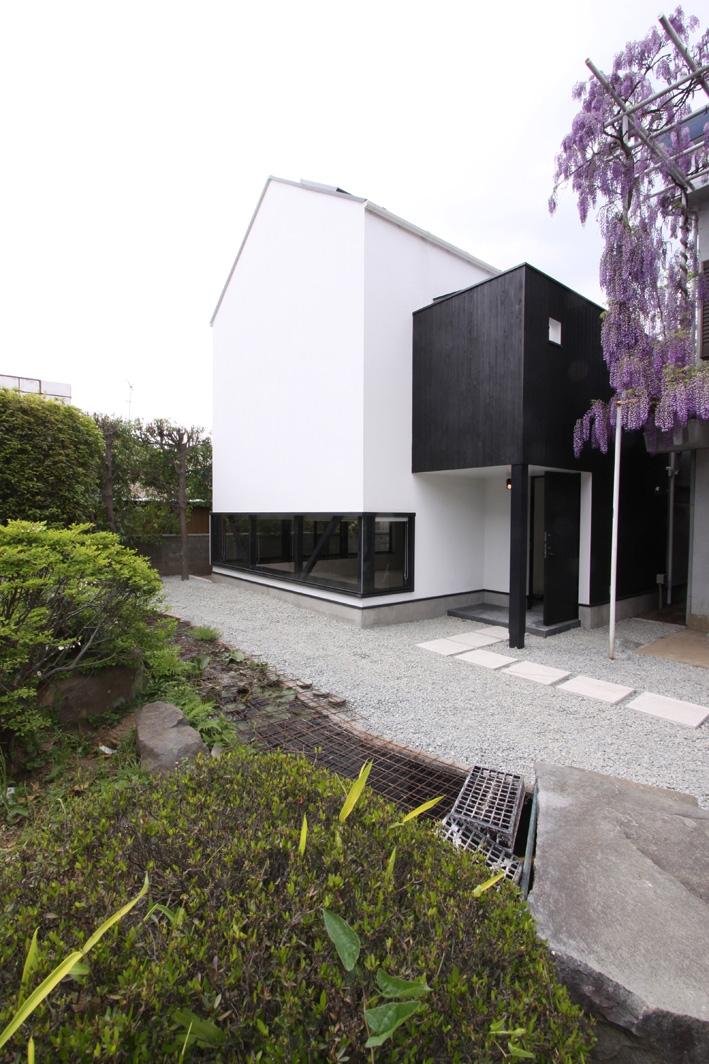 オウチ10・湧水を楽しむ家 (湧水を眺める地窓のある外観)
