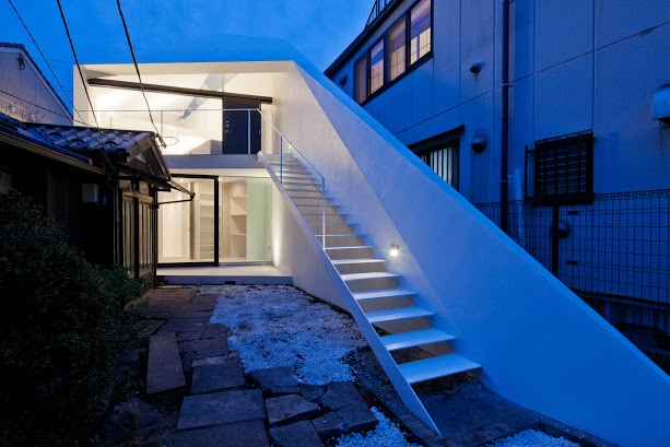 ARROWの写真 シャープな斜壁のあるアプローチ階段