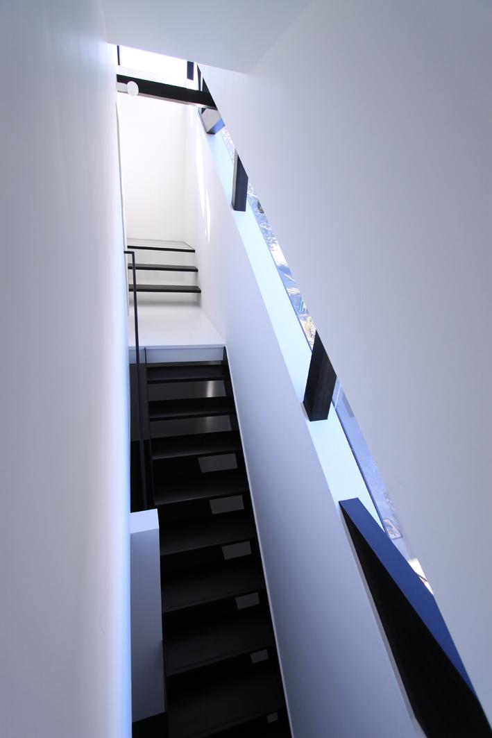 斜め窓の家 OUCHI-06 (階段見下ろし)