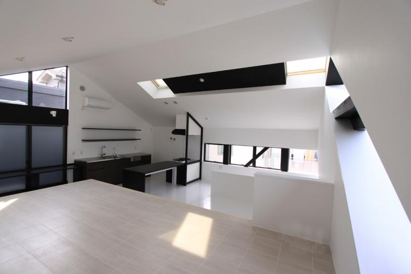 オウチ06・斜め窓の家 (アイランド式キッチンダイニング)