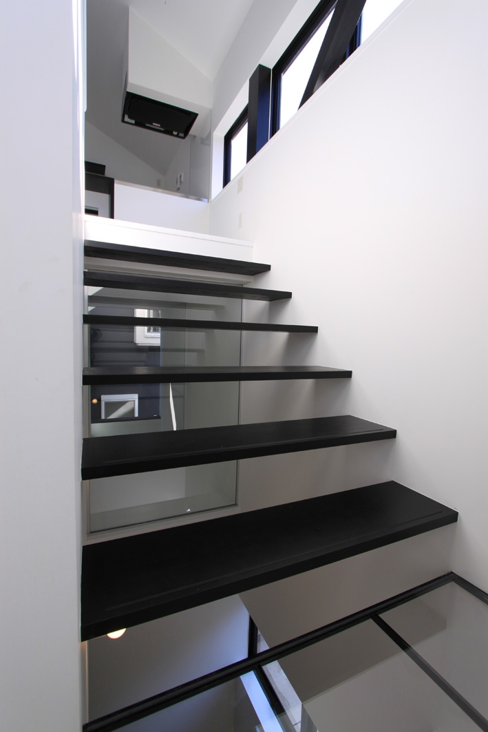 オウチ06・斜め窓の家 (ミニマルな階段デザイン)