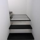斜め窓の家 OUCHI-06の写真 ミニマルな階段デザイン
