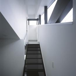 斜め窓の家 OUCHI-06 (斜め窓に沿った階段)