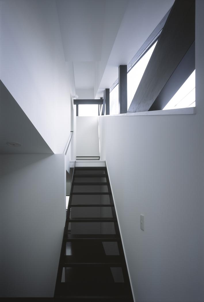 オウチ06・斜め窓の家 (斜め窓に沿った階段)