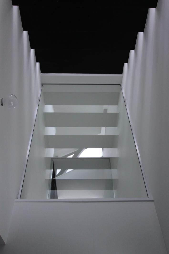 オウチ06・斜め窓の家 (寝室見上げ)