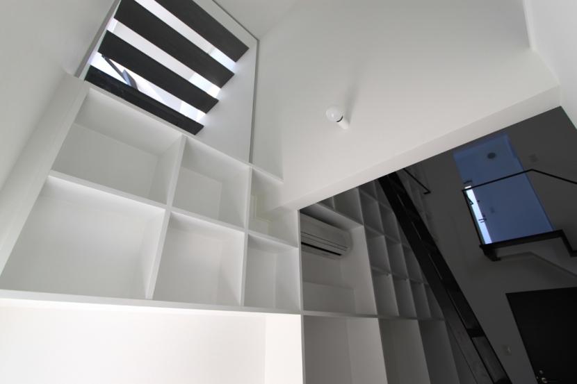斜め窓の家 OUCHI-06 (寝室からの見上げ)