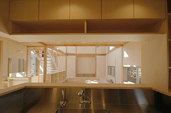 地下の音楽スタジオのある家 (セミオープンなキッチン)