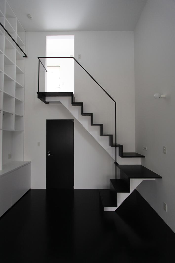 斜め窓の家 OUCHI-06 (寝室から物干しベランダへ)