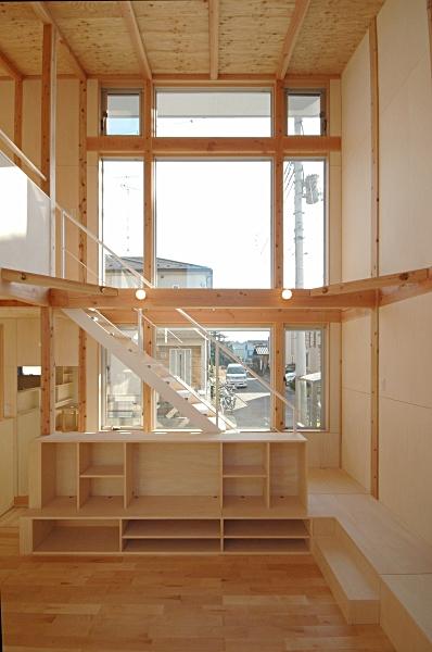 地下の音楽スタジオのある家の部屋 TV収納棚と階段