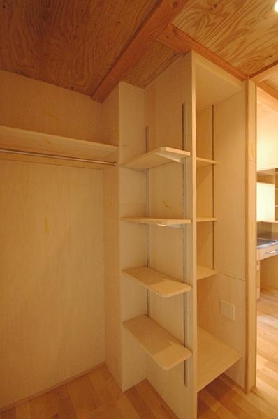 地下の音楽スタジオのある家の部屋 家族共用の収納棚