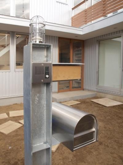 特注の門柱 (地下の音楽スタジオのある家)